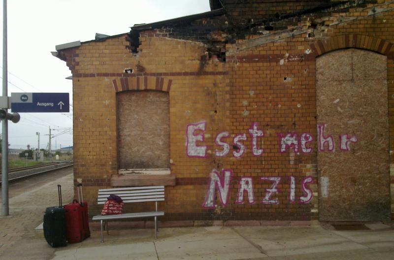 """""""esst mehr nazis"""" graffiti"""